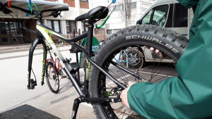 En cykel utan framdäck som håller på repareras.