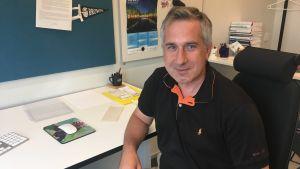 Professor Ion Petre sitter vid sitter arbetsbord.