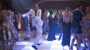 Johnny English dansar disco som John Travolta.