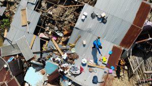 En drönarbild på en man som letar efter användbara saker i en husruin i Palu. Bilden tagen på tisdagen 2.10.