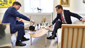 Talmannen Andreas Norlén bjuder Ulf Kristersson (M) på kaffe.