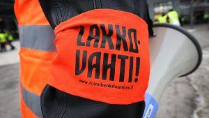 "Strejkvaktens armbindel med texten ""Lakkovahti""."