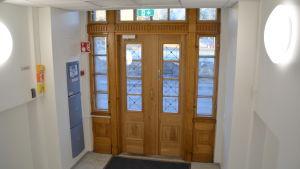 Ytterdörren till Raseborgs stadshus.