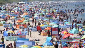 Människor på stranden i Miedzyzdroje i Polen.