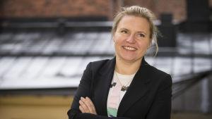 Mainostajien Liiton toimitusjohtaja Riikka-Maria Lemminki parvekkeella.