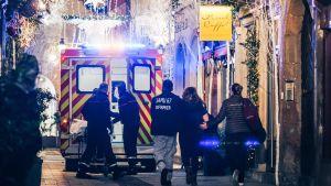 Fullt av ambulanser i julgatans sken i Strasbourg.