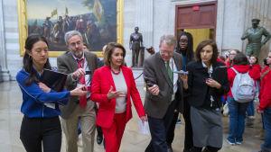 Pelosi omgiven av reportrar medan hon går mot sitt kontor i Kapitolium på onsdagen 16.1.