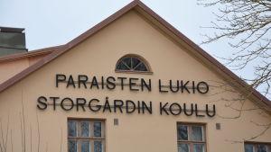 Närbild på Paraisten lukio.