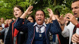 Sorg kan uttryckas på många sätt. Skolelever utför den maoriska dansen haka i Christchurch tre dagar efter masskjutningen i två moskéer då 50 människor dödades.