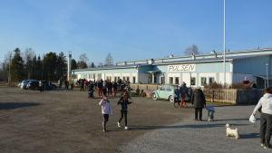 En folksamling utanför lokalen Pulsen i Solf.