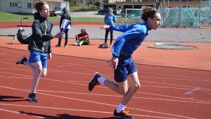 Elever övar växlingar vid idrottsplanen i Lovisa.