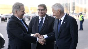 Sauli Niinistö och Thorbjörn Jagland skakar hand. Mellan dem står utrikesminister Timo Soini.