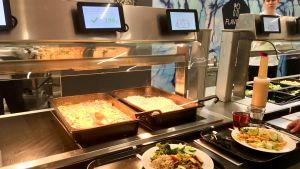 Varmrättsbord på restaurang med skärmar som registrerar matvalet.