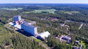 Helikopterbild av Svartå bycentrum och skola