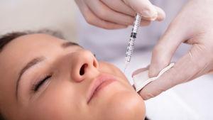 Kvinna som får en botoxinjektion.