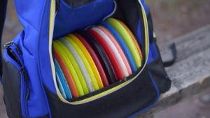 En väska full av discar för discgolf.