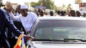 Tchads president åker bil och vinkar.