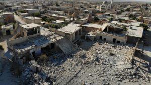 Flygbild 25.8.2019 visar förstörda byggnader efter att syriska regeringsstyrkor bombat byn Al-Tahh i provinsen Idlib.