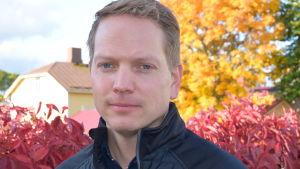 Frank Hoverfelt omgiven av färggranna höstlöv.