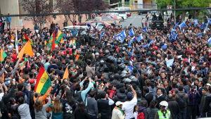 Anhängare till kandidaten Carlos Mesa (orange) och anhängare till president Evo Morales (blå) demonstrerar i La Paz 21.10.2019
