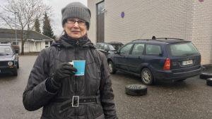 Tuula Lind dricker kaffe.