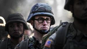 Edward Snowden (Joseph Gordon-Levitt) står som soldat i led.