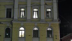 En bild på statsrådsborgen och statsministerns fönster där det lyser.
