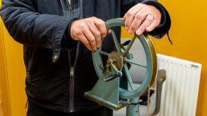 Närbild på mareografens svänghjul.