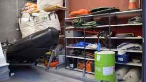 Utrustning som används vid oljebekämpning, i bild all möjlig utrustning bl.a. en gummibåt och linor,
