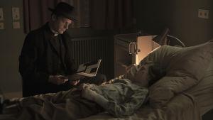 scen från den tyska TV-serien Dark, en man står vid en säng där ett litet barn ligger