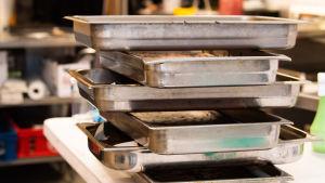 Ravintolan keittiöhenkilökunta valmistelevat menuateriaa.