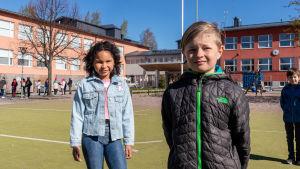 Elever ute på skolgård i Borgå.