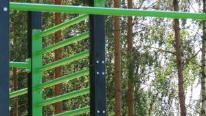 Gröna räcken. En ställning, ett utegymredskap i närbild.