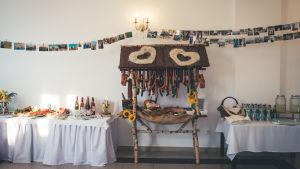 Ett buffébord dukat med drycker och mat. I mitten en dekorerad ställning med korvar och olika kött.