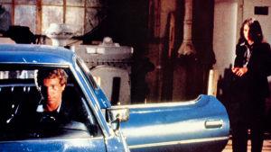 Ryan O'Neil auton ratissa elokuvassa Keikkakuski