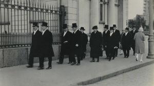 Väinö Tanners regering på väg till president Relander.