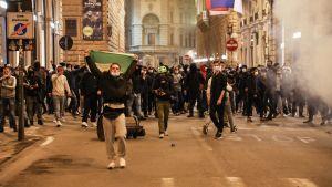 Arga, ofta unga demonstranter har dragit ut på gatorna i större städer så som Florens för att protestera mot regeringens coronarestriktioner.