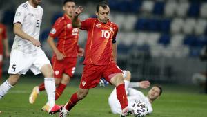 Goran Pandev skjuter en fotboll.