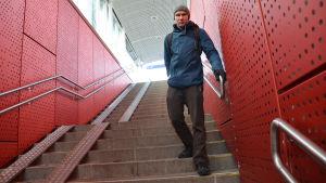 Stefan Taubert står i trappan på Kyrkslätts tågstation.