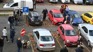 Bilar står på rad i Zagreb på en parkering i Kroatien efter ett jordskalv.