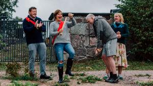 Micke Björklund, Maria Sundblom Lindberg, Pata Degerman och Sofia Torvalds leker en utelek och hurrar.