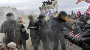 Poliser i kravallutrustning mitt i demonstrationer.