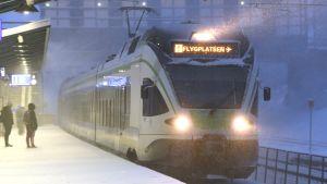 Ett närtåg i snöyra. Tåget är på väg till Helsingfors-Vanda flygplats.