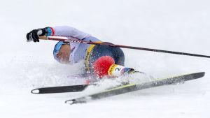 Heidi Weng stupar i mål efter segern i världscupfinalen i Engadin.
