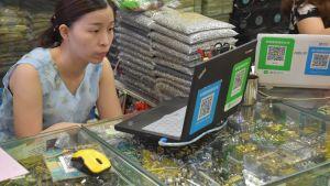 En kvinna sitter vid en bärbar dator.