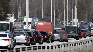 En lång bilkö på en stor motorväg.