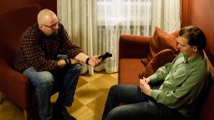 Marko Hietikko haastattelee Esa Holappaa, Suomen Vastarintaliikkeen entistä johtajaa.