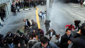 Polisen använder vattenkanoner för att skingra en demontration mot valfusk i Ankara