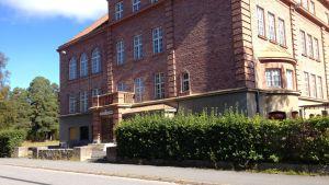 Ristikari skola som tidigare huserade språkbadet i Jakobstad är nu stängd.