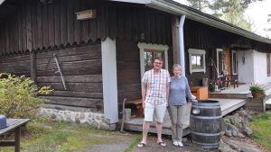 maria och John Gammals framför sitt fritidshus